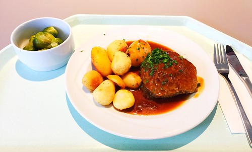 Meat ball with gravy & roast potatoes / Fleischpflanzerl mit Bratensauce & Röstkartoffen