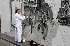 Floris Tilanus tekent de Utrechtsestraat op een bouwschutting in Amsterdam