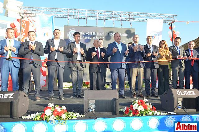 Kurdele kesimi Bakan Çavuşoğlu ve protokol üyeleri tarafından kesildi.