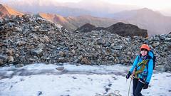 Kończymy zejscie lodowcem, teraz przeprawa przez kamienne zbocze. Monika.
