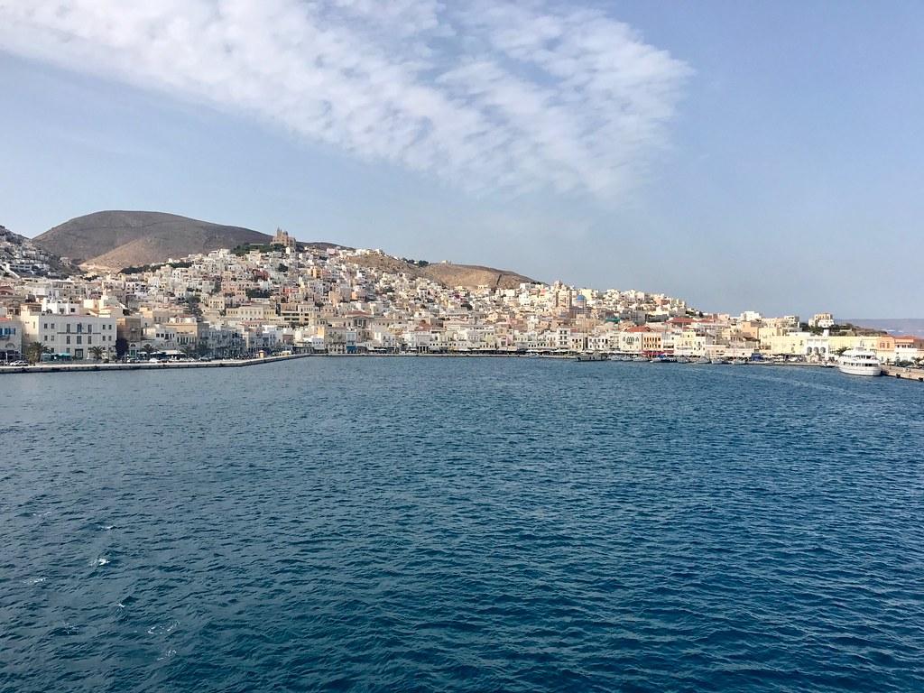 Syros, Kreikka. Saarimaisemaa mereltä katsottuna.