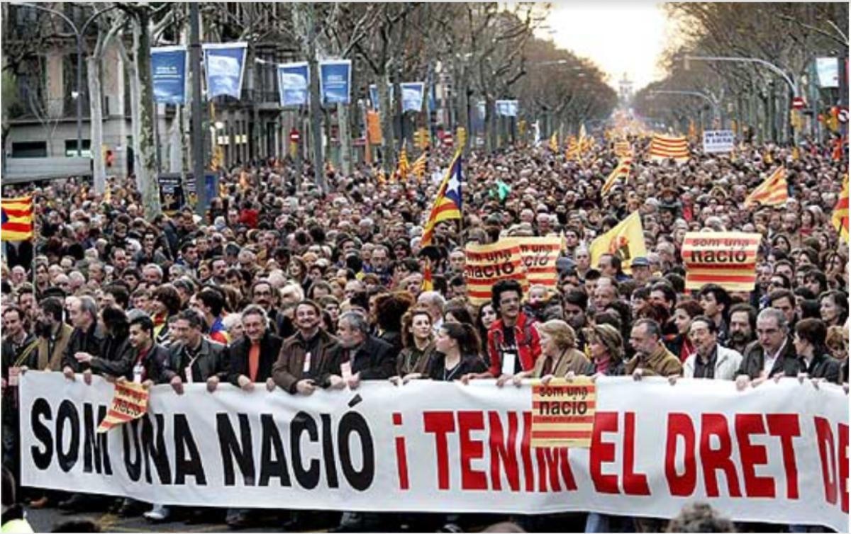 2007年加泰人不滿西班牙中央政府莫視加泰隆拿的民生需要,發起大型遊行,以「作為一個民族國家,我們受夠了!我們的基建我們有權去決定!」為口號。(網上圖片)