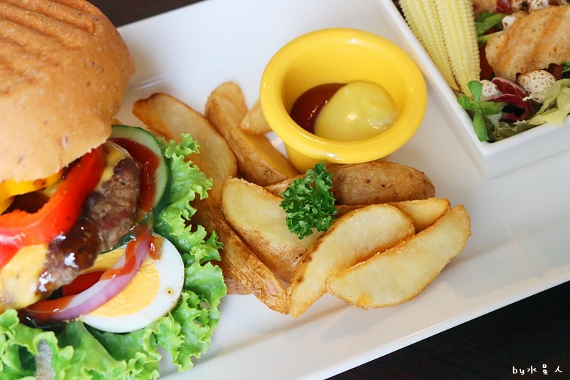 37339808216 e5eed4d3b1 b - 熱血採訪| 漢堡巴士Burger Bus,台中也能吃到道地的英式傳統早餐和英式漢堡,英倫工業風裝潢輕食咖啡