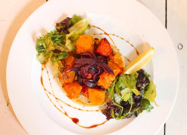 Pečená máslová dýně ze Světa dýní s kuskusem, červenou cibulkou, vlašskými ořechy a datlovým sirupem / Baked butter pumpkin with couscous, red onion, walnuts and data syrup