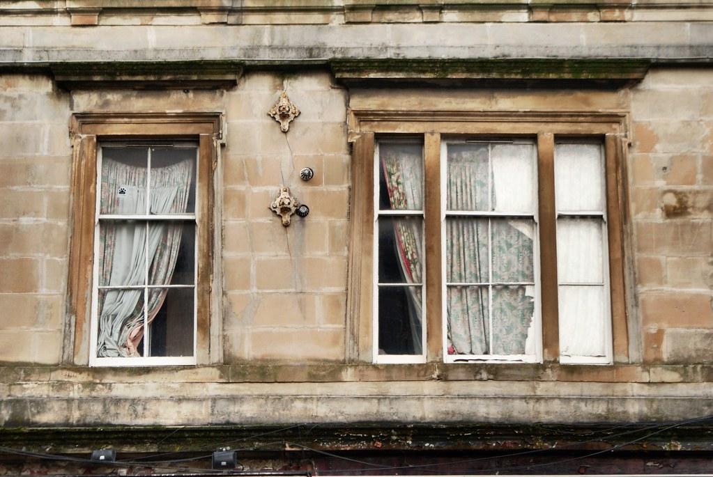 Fenêtres aux rideaux épais dans le quartier de Finnieston à Glasgow.