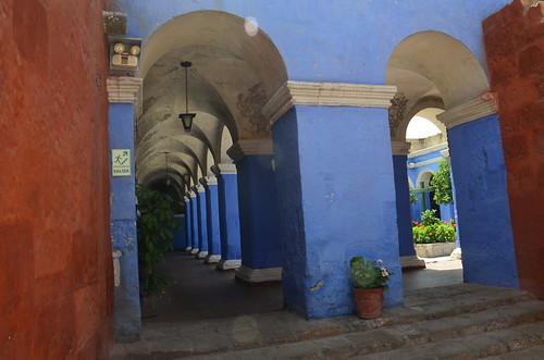 Blaue Pfeiler im Innenhof.