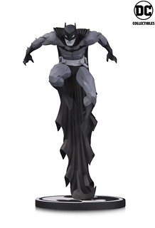 凌空躍起的魄力姿態!! DC Collectibles 蝙蝠俠黑白雕像系列【蝙蝠俠by Jonathan Matthew】Batman Black & White Statue