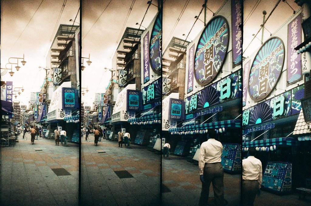 通天閣 Osaka, Japan / Lomography Turquoise / SuperSampler Dalek 後來我終於找到印象中的地下道,從這個方向回到通天閣。大阪唯一喜歡的就是這一帶的街景。  大阪應該還有可以探索的地方吧,雖然總是覺得他剛好介在現代(東京)與過往(京都)的尷尬位置。  SuperSampler Dalek Lomography LomoChrome Turquoise XR 100-400 2343-0006 2017-06-13 Photo by Toomore
