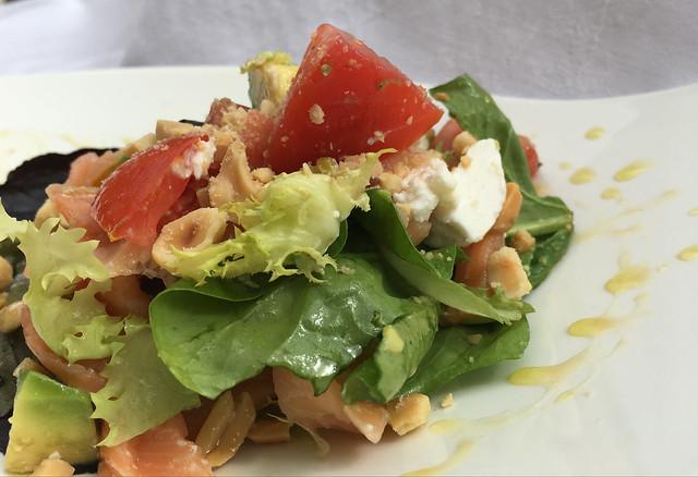 Ensalada de salmón, queso y frutos secos con aliño de miel