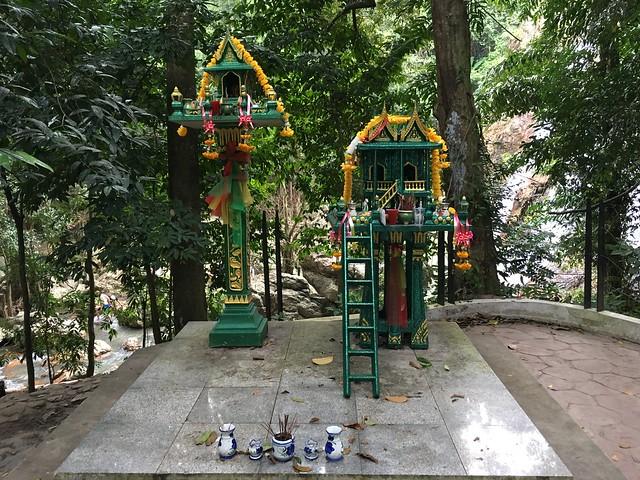 ナムアンの滝1にある祭壇