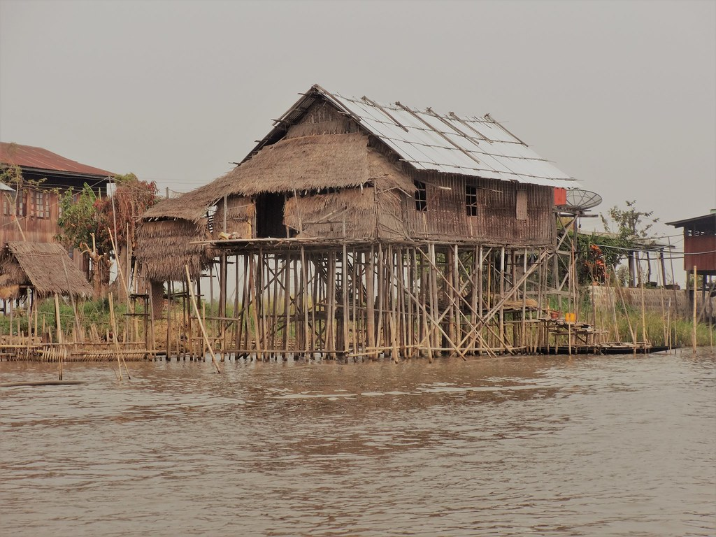 Chatka na palach na Jeziorze Inle, Mjanma