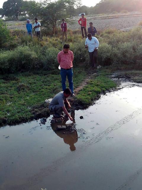 पानी की जाँच के लिये पहुँचे अधिकारी