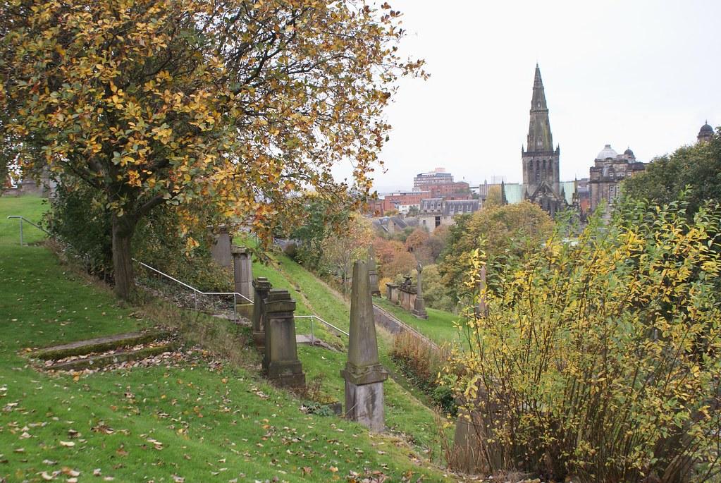 Vue depuis la nécropole de Glasgow sur la Cathédrale Saint Mungo en automne.