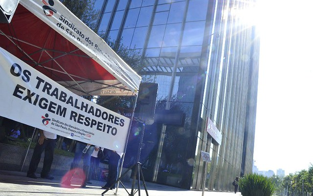 Bancos em 2017 lucram mais, fecham agências e cortam vagas