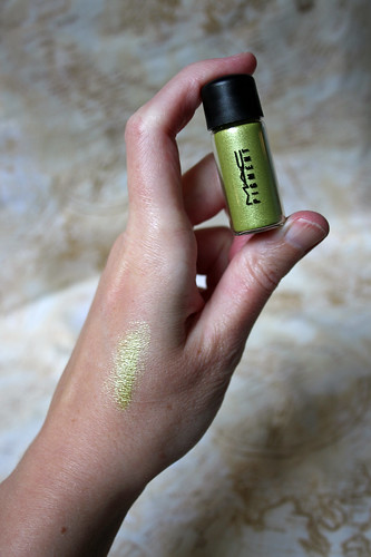M.A.C - sized to go pigment in Chartreuse