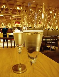 提早晚餐送蘋果氣泡酒,結果太有效了,大家都很早到 XD #初秋北東北