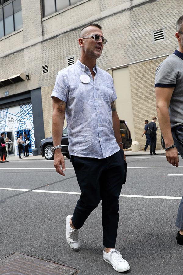 白系半袖柄シャツ×黒テーパードパンツ×白ローカットスニーカー