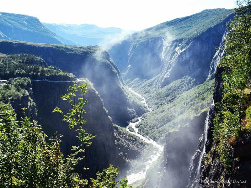 Cascada de Voringfossen, encajada en el estrecho valle de Måbødalen y 163 metros de caída
