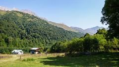 Postsowiecka baza alpinistyczna Zeskho (1800m). U gory widać Tetri Ustnobi 4049m, Zeskho 3792m i Marjanishvili 3555m