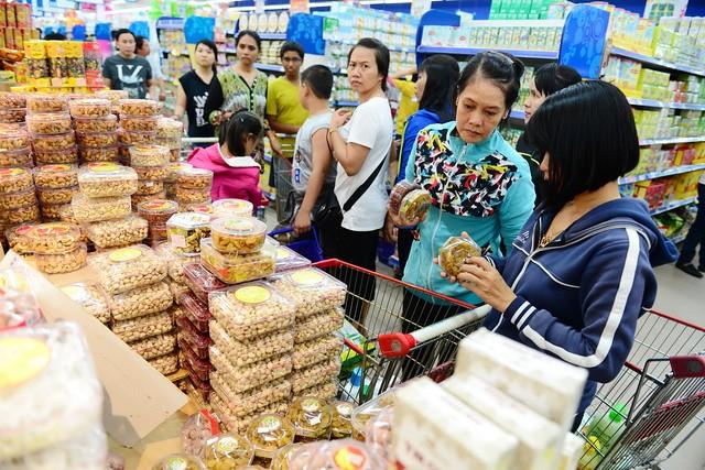Bánh kẹo hàng Việt đã được doanh nghiệp đầu tư chăm chút bao bì sang trọng hơn. Ảnh: Quang Định.
