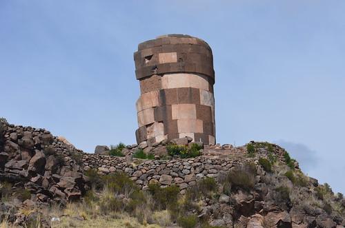 Ein Turm mit glatt geschlagenen Steinen auf der Bergkuppe