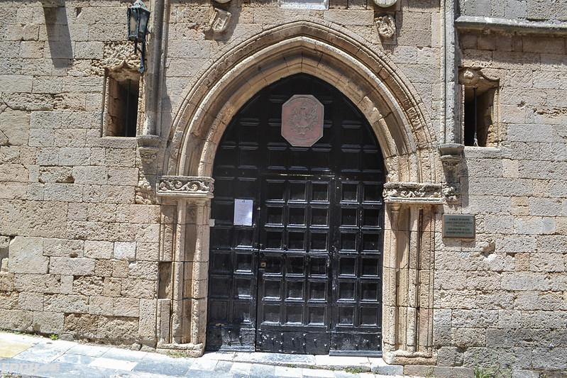 Una puerta de la Calle de los Caballeros de Rodas
