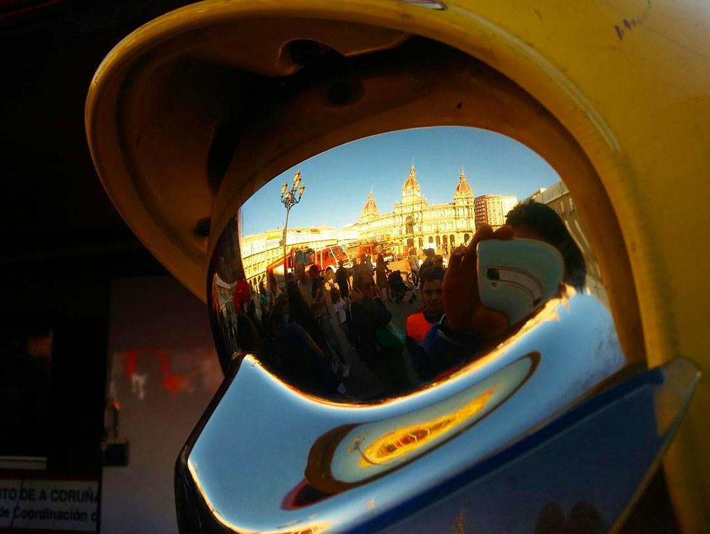 Reflejos. #bombeiroscoruña #coruña #streetphotography #phonephoto #photography #reflection #bomberos #mariapita