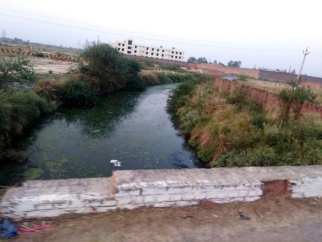 बाराबंकी के पास कुछ इस कदर गन्दी हो चुकी है रेठ नदी