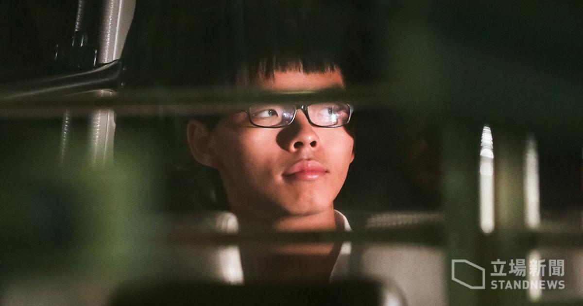 8 月 17 日下午,囚車上的黃之鋒。他被判囚六個月,即時入獄。