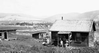 Sutekichi Miyagawa's family and house, Kamloops Road, Vernon, British Columbia / Famille et maison de Sutekichi Miyagawa, Kamloops Road, Vernon (Colombie-Britannique)