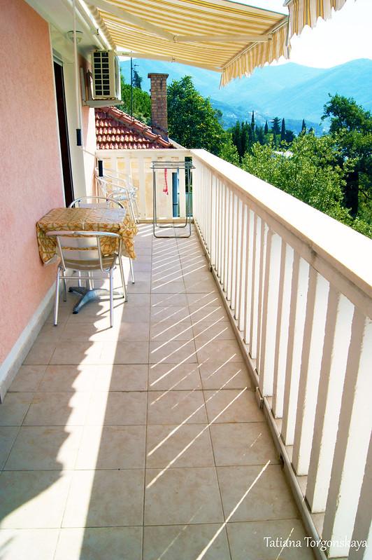 На балконе в туристических апартаментах