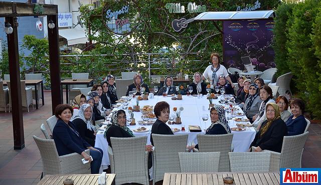 Alanya Kadınları Yardımlaşma Derneği Başkanı Nurcan Okan 58 yıl sonra dikiş kursu arkadaşlarıyla bir araya geldi