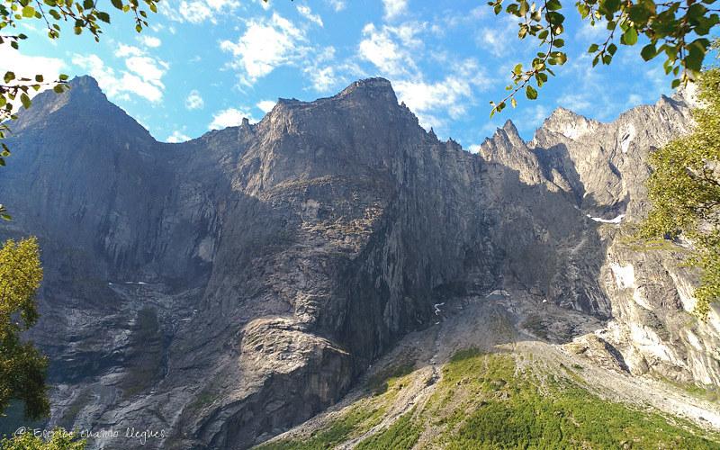 El Muro de los Trolls o Trollveggen es una pared rocosa vertical de 1.100 metros de altura situada a orillas del río Rauma