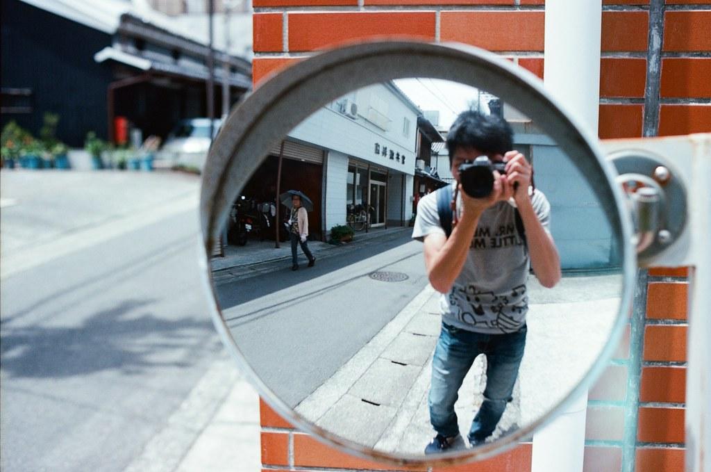 湯淺町 Yuasa, Japan / Kodak Ektar / Nikon FM2 如果說,這個空間把我給困住了,我應該要用怎樣的方式突破。  一股強而爆發的力量、不顧一切的方式?讓很多人受傷或是傷心的離開?  或是在這個框架內選擇毀滅,不帶走任何的眷戀?  反射自己真實的那一面是很殘忍又恐怖的,不被控制的意識與行動隨時會把自己吞噬。  或許到了最後、離開框架的不會是自己,而是充滿怨恨的靈體與破碎的身軀 ......  Nikon FM2 Nikon AI AF Nikkor 35mm F/2D Kodak Pro Ektar 100 2341-0022 2017-06-11 Photo by Toomore