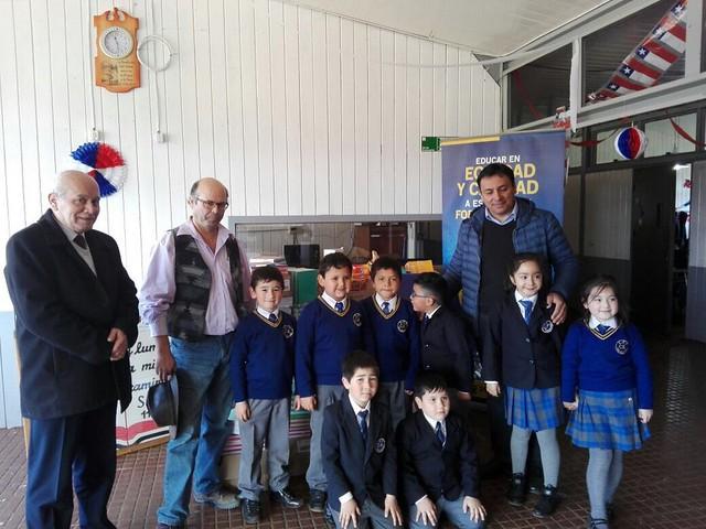 Entrega de ayuda solidaria a alumnos del Liceo Cristo Redentor de Los Álamos.