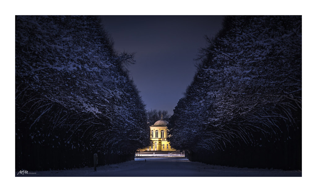 Night avenue in the gardens of Hanover
