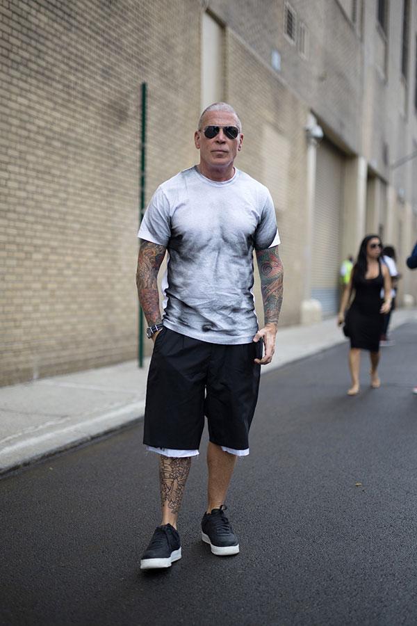 ボディグラフィックTシャツ×黒ハーフパンツ×Nikeエアフォース1ロー黒