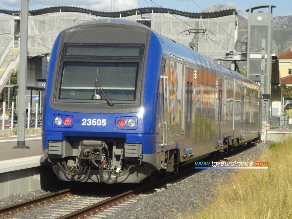 L'automotrice à deux niveaux Z23505-Z231505 SNCF TER 2N Alstom récemment rénovée arborant la livrée Région PACA