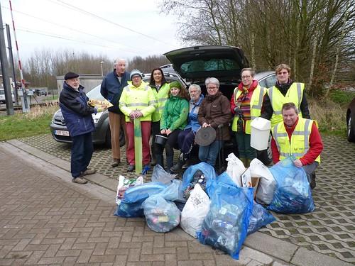 Vrijwilligers met opgehaald vuil febr 2016