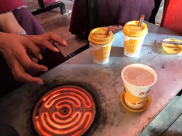 Using heater and drinking milk tea to keep warm, Yarchen Gar アチェンガルゴンパ ヒーターと熱いミルクティで暖を取る
