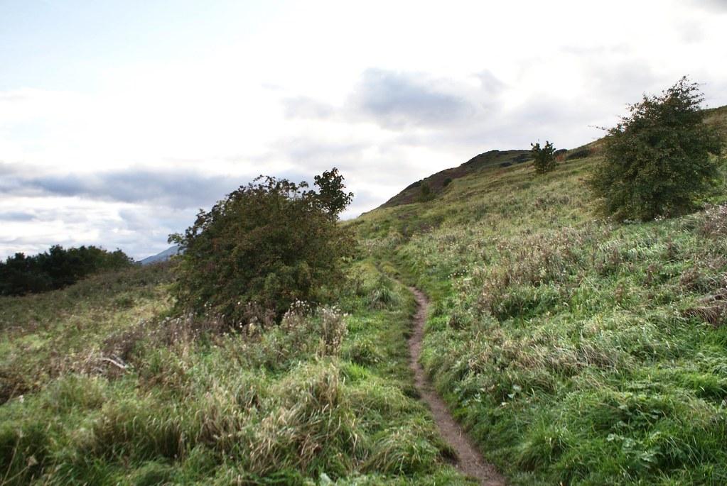 Sentier mystérieux dans le parc autour de l'Arthur's seat à Edimbourg.