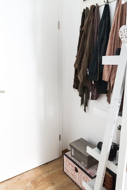 kleines-Schlafzimmer-gestalten-Truhe-Leiterregal-offene-Garderobe
