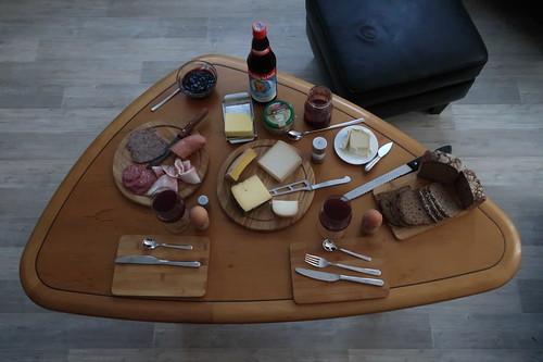 Frühstückstisch im Wohnzimmer