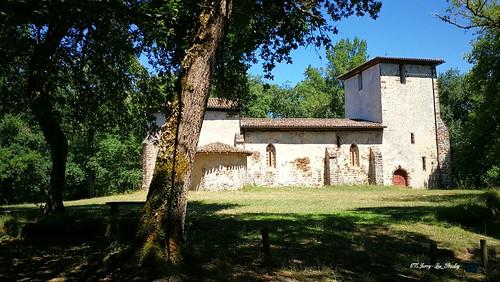 Eglise romane photo au mileux d'une forêt dans le Sud de la Gironde Nouvelle Aquitaine dans le Sud-Ouest de la France.