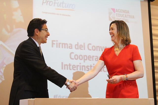 Firma del convenio de Cooperación interinstitucional entre el Ministerio de Educación y Fundación Telefónica del Ecuador para la implementación del proyecto Aula Digital Móvil