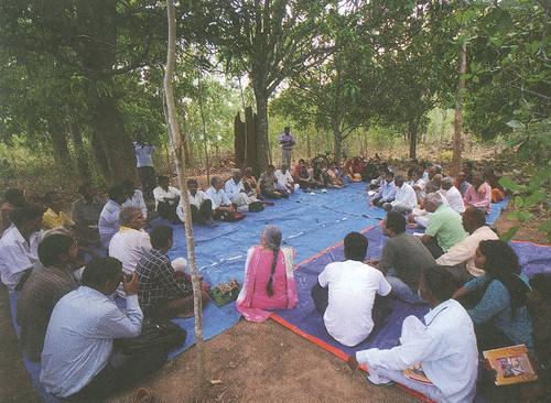 प्राकृतिक संसाधन अधिकारों पर गाँव में हो रही चर्चा, उड़ीसा
