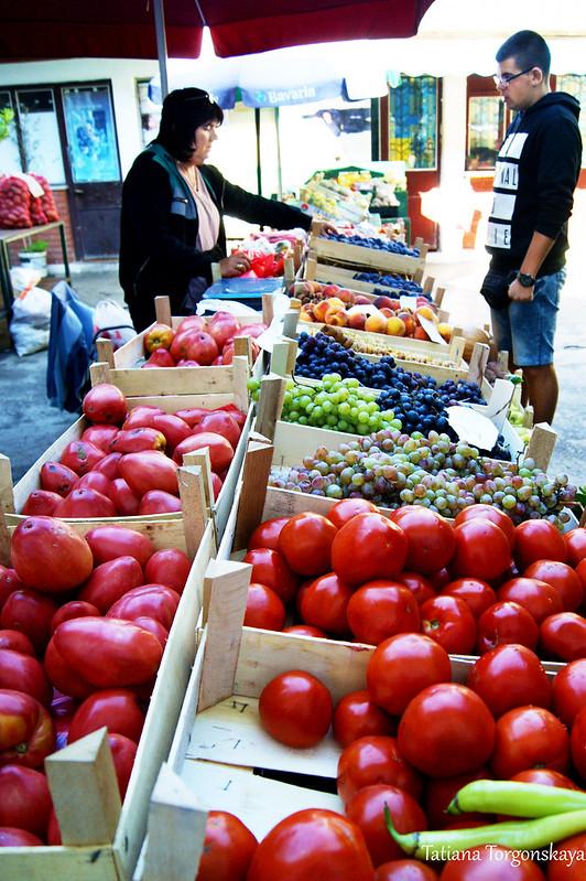 Прилавок с томатами и фруктами