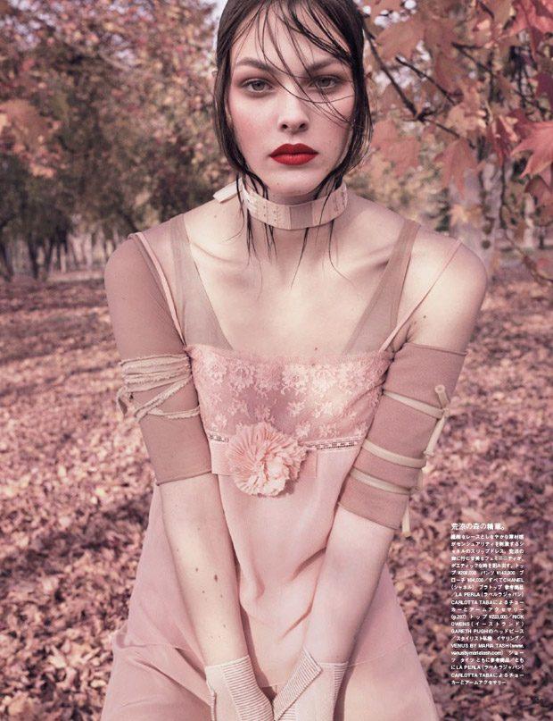 Vittoria-Ceretti-Vogue-Japan-Luigi-Iango-04-620x807
