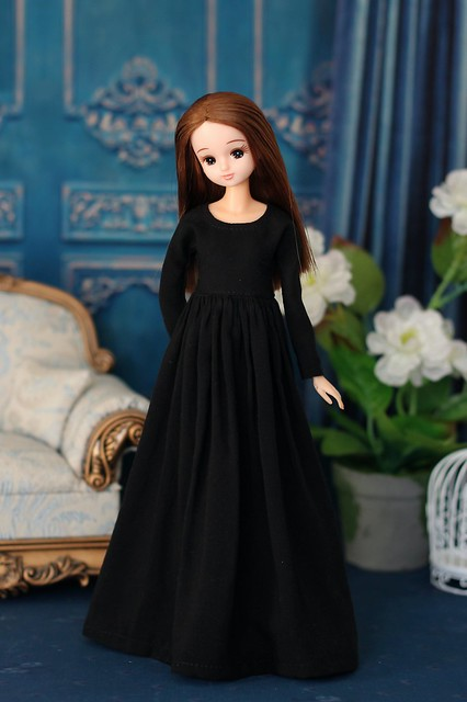 Long black dress for Momoko