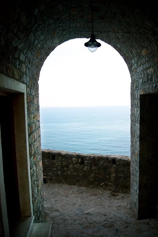 Море через арку в историческом квартале Улциня